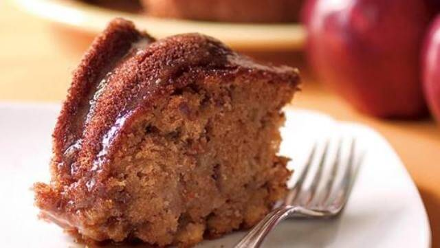 Another delicious dessert option that you have is to sever the apple cake with caramel glaze.
