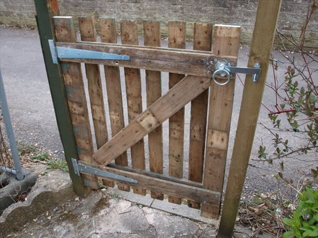 Gate from pallets