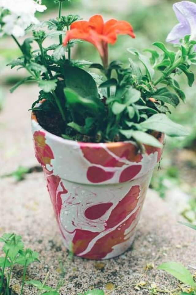 creates a slightly different alternative to the previous water color ombre, as this design features a straight ombre style against a crisp, white background. These pots are seriously pretty!