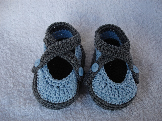 Two colors crochet baby booties design