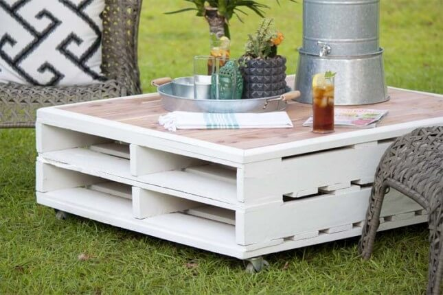 13 diy outdoor pallet furniture for spring diy to make for Table jardin palette