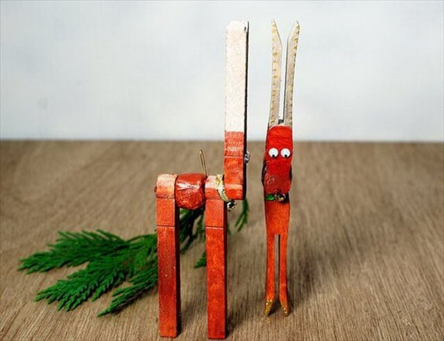 DIY christmas reindeer from clothespins.