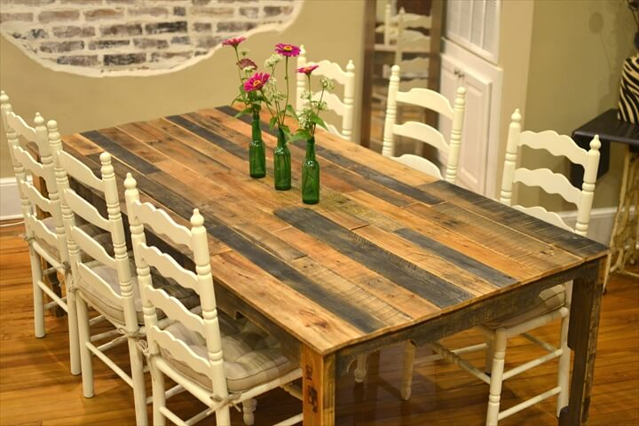 Pallet Dining Table With Centerpiece