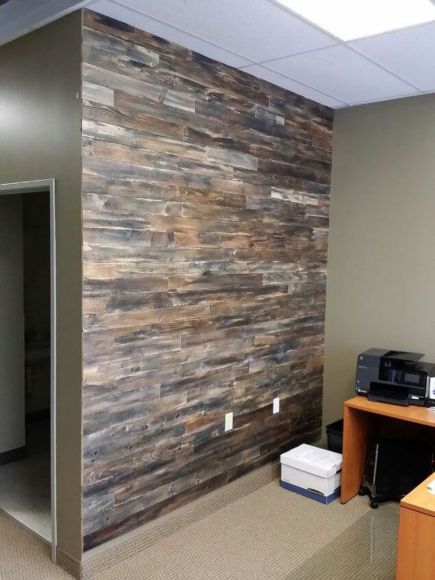 25 decor projects made from wood diy to make - Wooden pallet accent wall ...