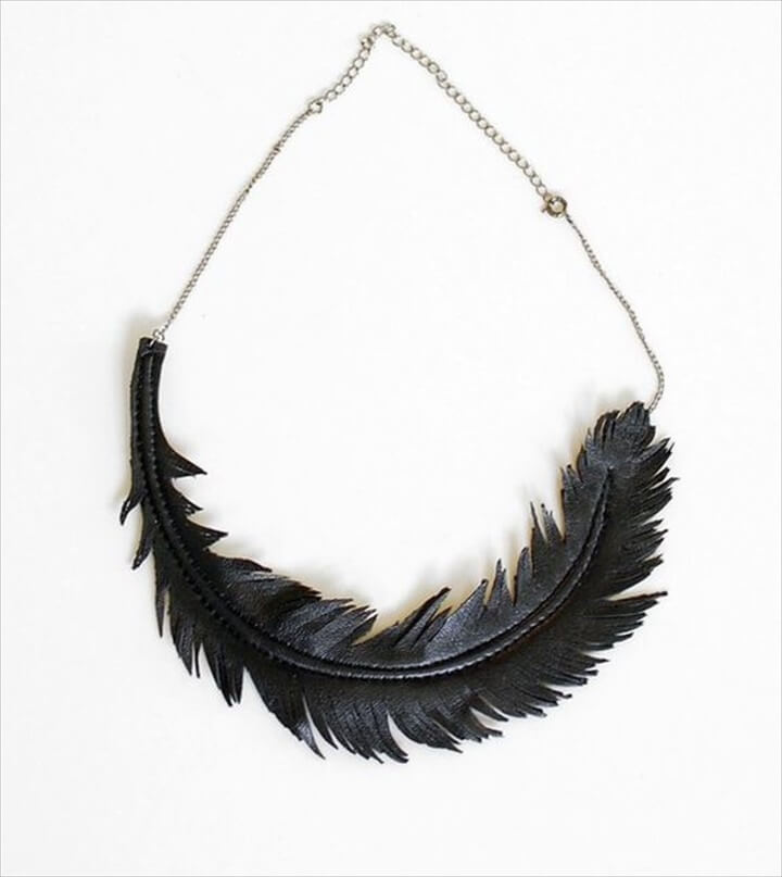 One feather black necklace