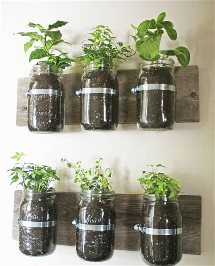 This pallet design can hold every herb you'd want to grow!