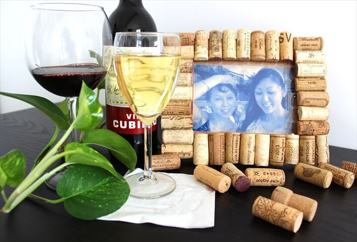 A Cute And Rustic Image Frame Utilizing Recycled Wine Corks