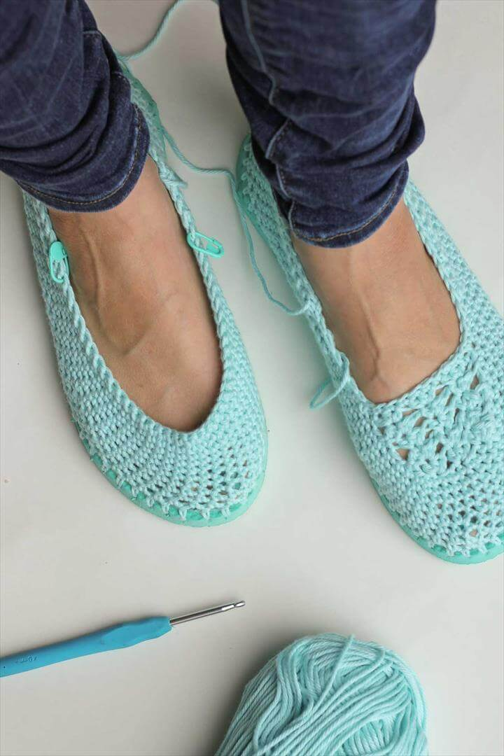 Cotton yarn and a flip flop sole make this free crochet slippers / house shoes pattern
