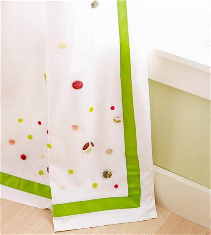 Craft ideas with buttons – accents on the curtains