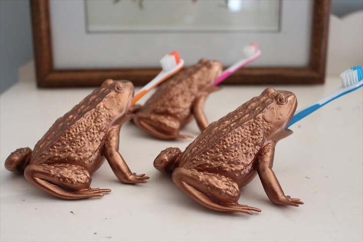 TOY FROG TOOTHBRUSH HOLDER |