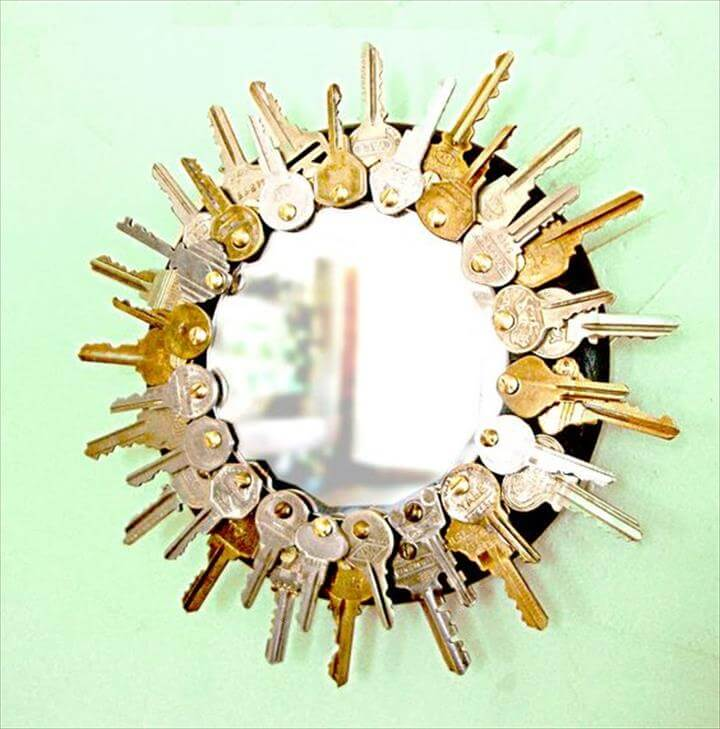 Key sunburst mirror. Cool and funky way to recycle all those old keys