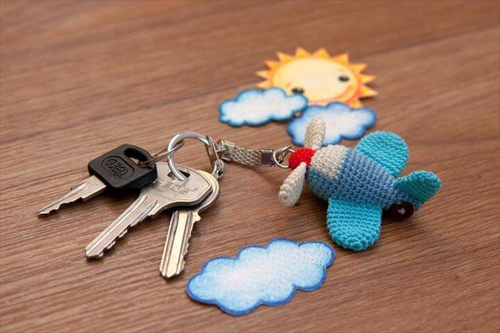 free-airplane-keychain-crochet-pattern