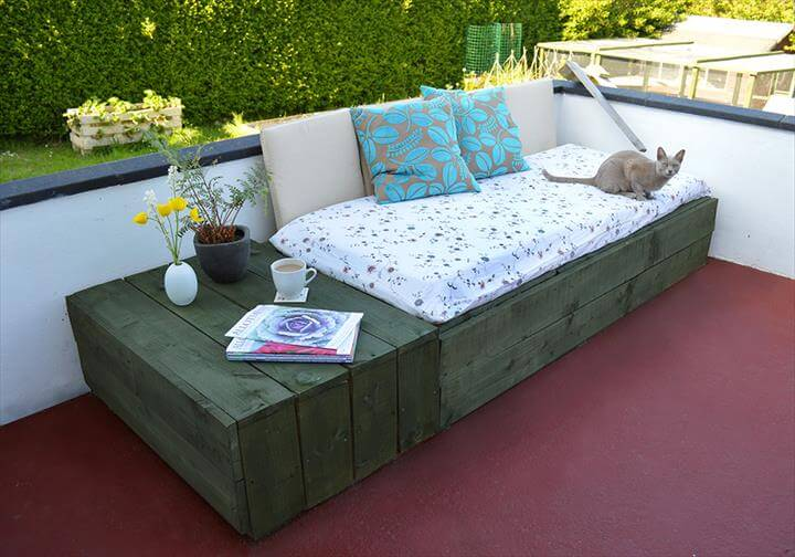 Pallet Based Day Bed For Your Patio. 22 Cheap   Easy Pallet Outdoor Furniture   DIY to Make
