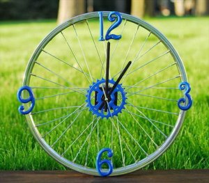 DIY bicycle wheel clock. The perfect gift for a biking enthusiast or Father's Day.