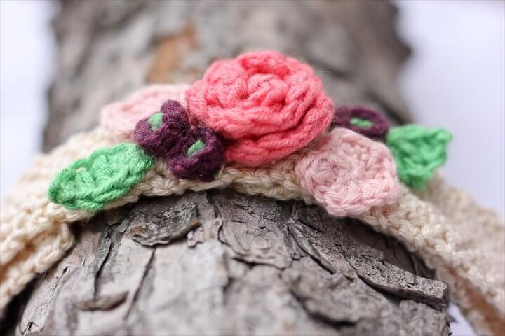 This free crochet headband pattern with flowers is surprisingly easy and it makes an adorable headpiece ...