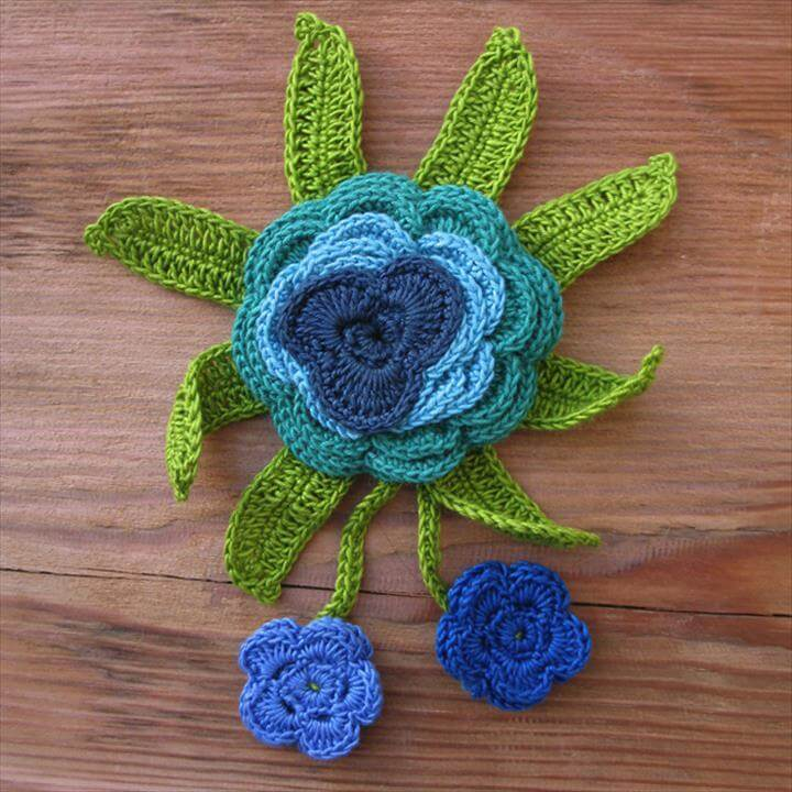 Crochet pinflower brooch