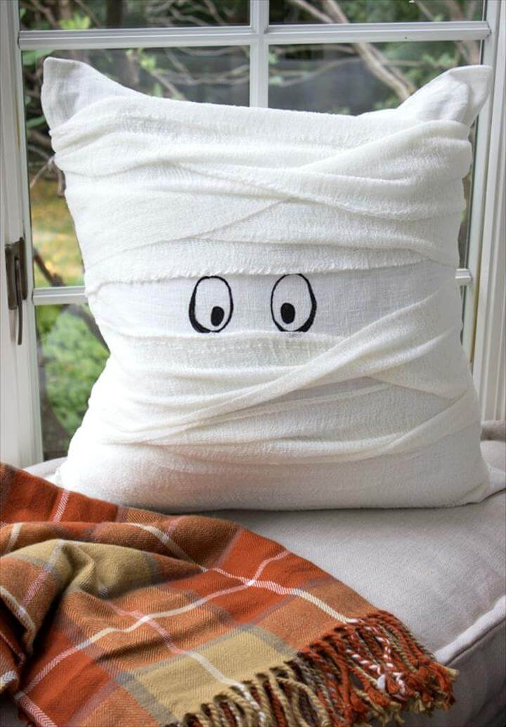 Halloween mummy pillow that's a 15 minute DIY - simple tutorial included in post!