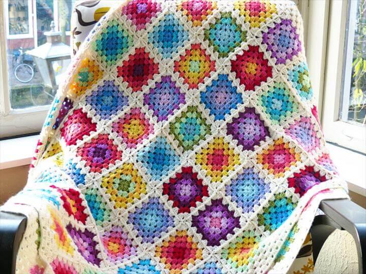 Free crochet pattern: Colourful rainbow granny square blanket
