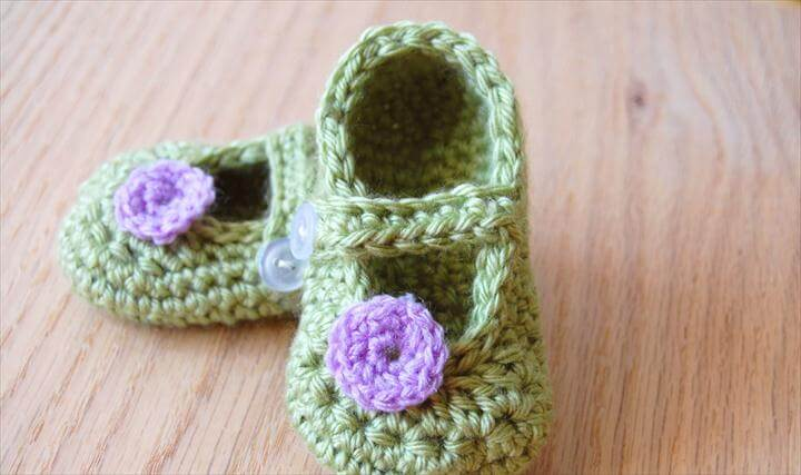 Free Crochet Pattern - Get the free pattern for these adorable baby bootie Mary Janes!