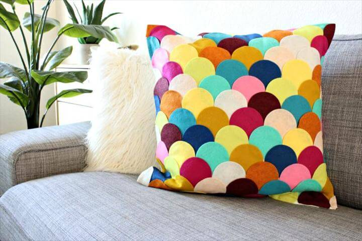 Easy Crafts: No-Sew DIY Felt Scalloped Pillow